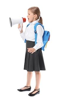 Petite écolière avec mégaphone sur fond blanc