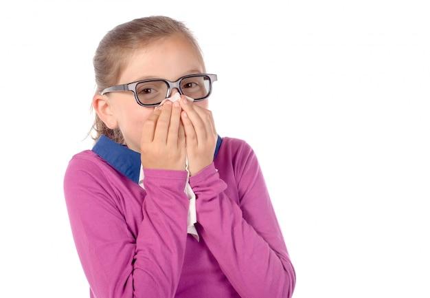 Une petite écolière a un rhume