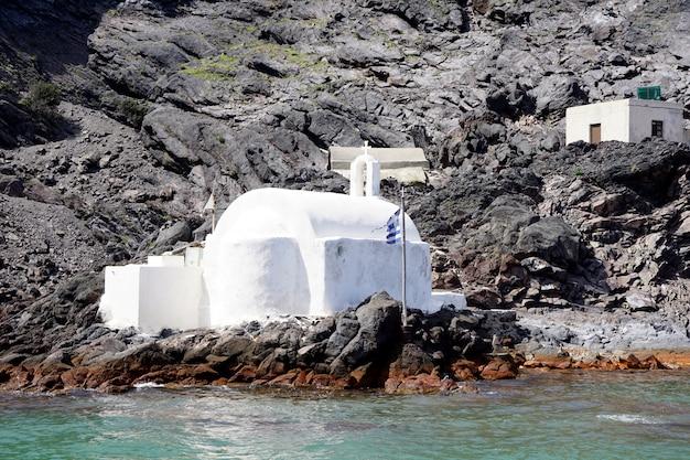 Petite église, agios nikolaos aux sources chaudes de l'île volcanique de palea kameni, santorin, grèce