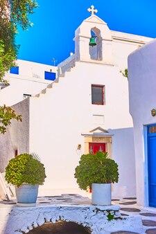 Petite église blanche dans la ville de mykonos, grèce.