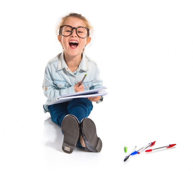 Petite élève avec des livres. retour au concept de l'école