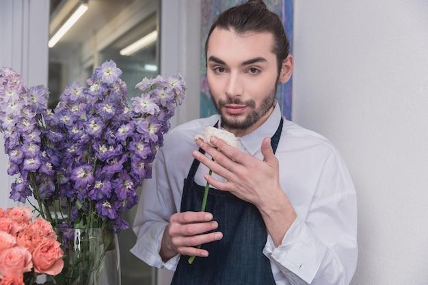 Petite entreprise. fleuriste mâle en magasin de fleurs.