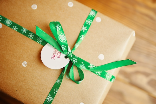 Petite étiquette avec des souhaits et des cadeaux de noël.