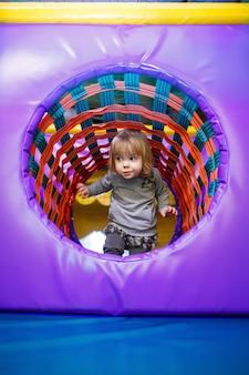 Petite fille de 2 ans joue dans un espace enfants avec attractions