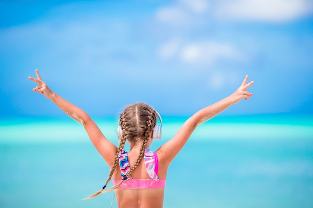 Petite fille adorable sur la plage