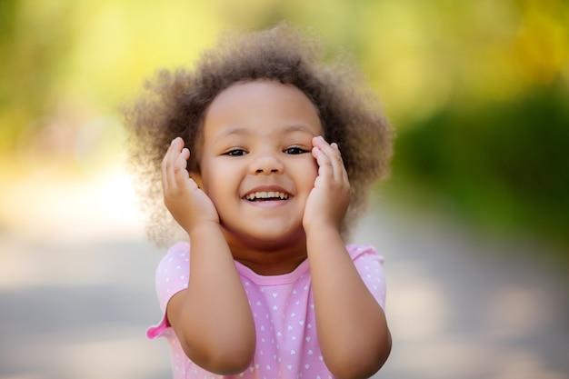 Petite fille afro-américaine en été en promenade