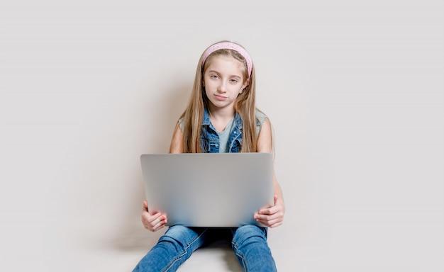 Petite fille à l'aide d'un ordinateur portable
