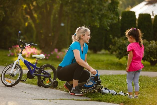 Petite fille aide sa mère après le rouleau.