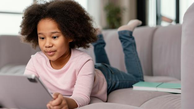 Petite fille à l'aide de tablette