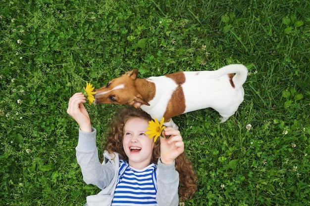 Petite fille aime jouer avec son chiot