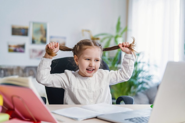 Petite fille amusante à l'aide d'un ordinateur portable concepts d'apprentissage en ligne numérique