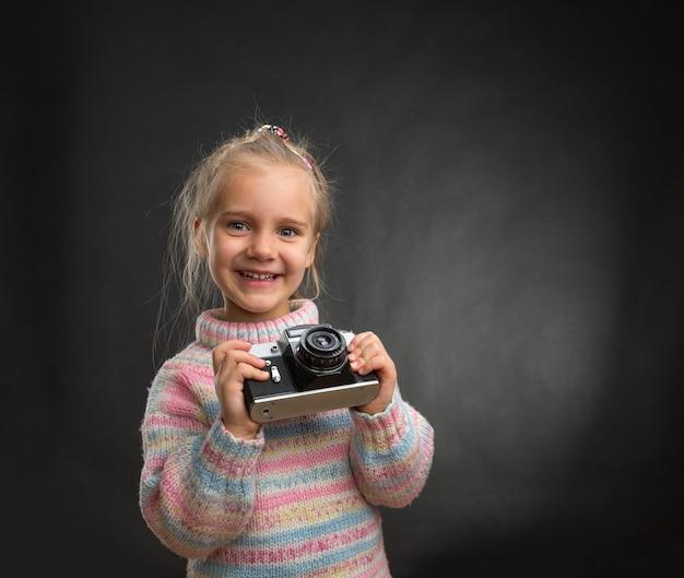 Petite fille avec appareil photo rétro