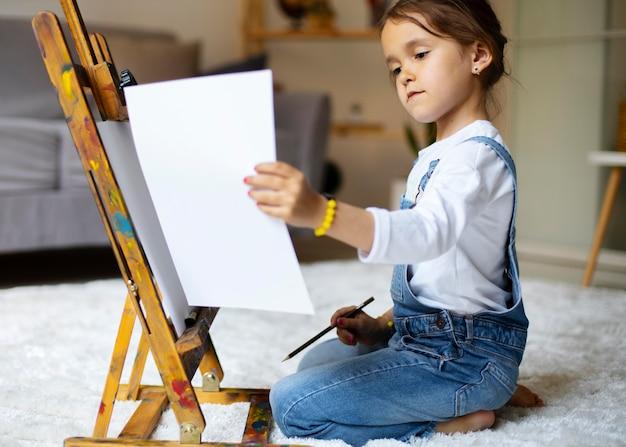 Petite Fille Apprenant à Peindre Photo Premium
