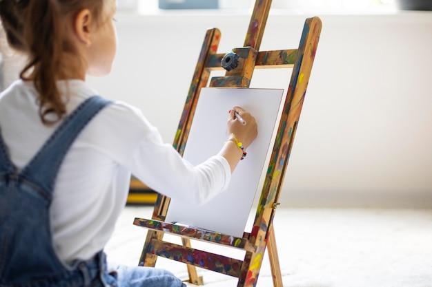 Petite Fille Apprenant à Peindre Photo gratuit