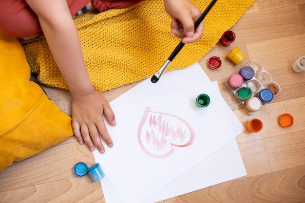 Petite fille apprenant à peindre