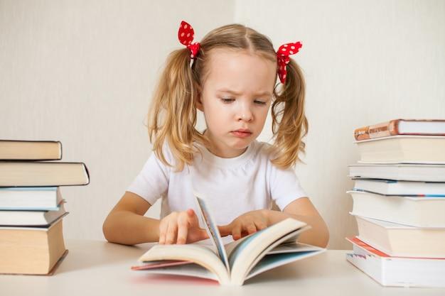 Petite fille apprend des leçons à la maison. enseignement à domicile