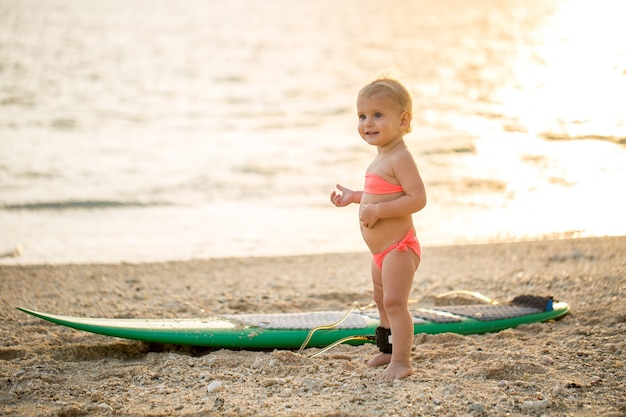 Petite fille apprend le surf