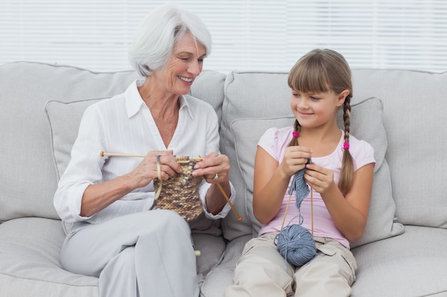 Petite-fille, apprendre à tricoter avec grand-mère