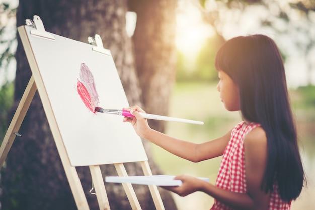 Petite fille artiste peinture photo dans le parc