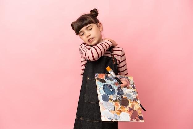Petite fille artiste tenant une palette isolée