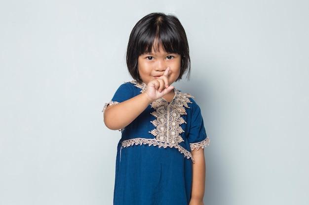 Petite fille asiatique faisant un geste d'arrêt avec sa main
