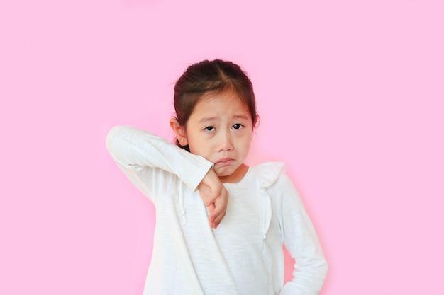 Petite fille asiatique sur fond rose