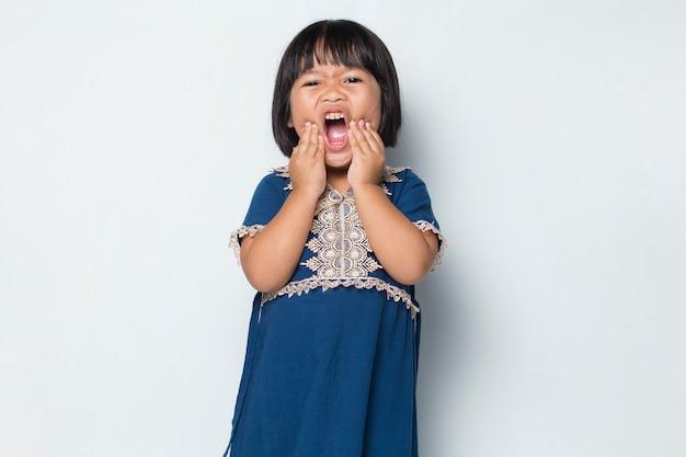 Petite fille asiatique avec mal de dents souffrant de mal de dents carie dentaire sensibilité dentaire