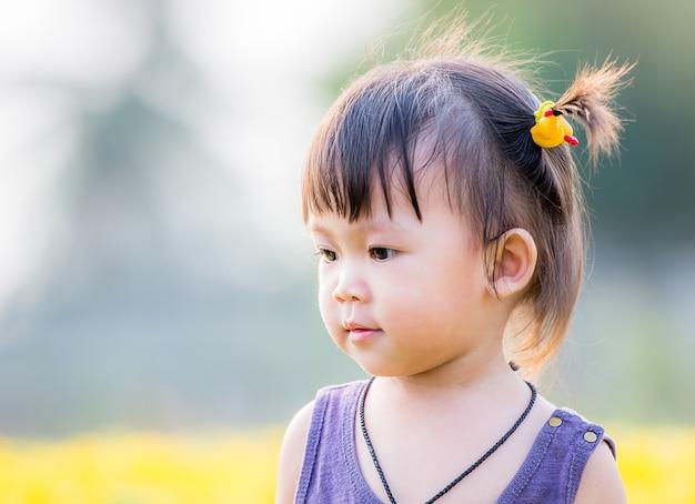 Petite fille asiatique mignonne dans le jardin