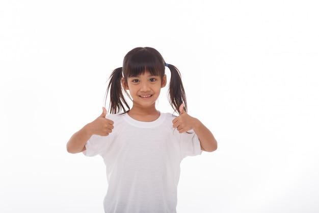Petite fille asiatique portant un masque pour protéger