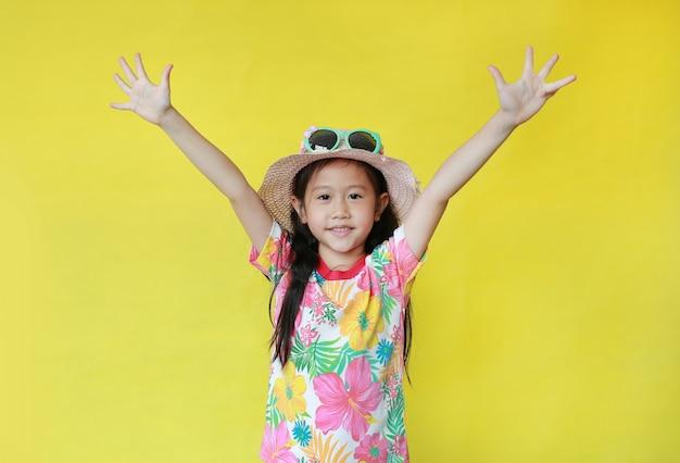 Petite fille asiatique portant des vêtements d'été
