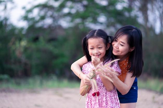 Petite fille asiatique s'amuser et heureuse avec sa mère