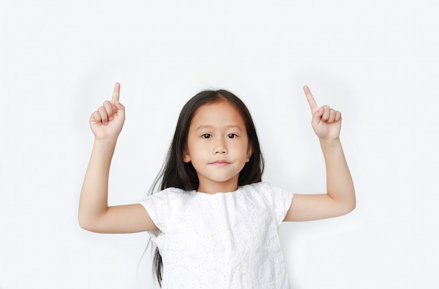 Petite fille asiatique a soulevé deux index pour applaudir