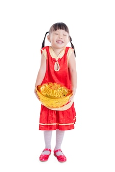 Petite fille asiatique souriante tout en maintenant l'argent