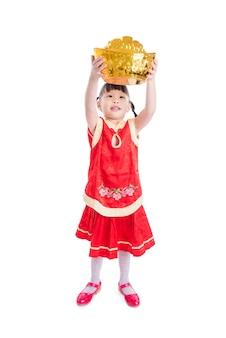 Petite fille asiatique souriante tout en maintenant la banque d'argent isolé sur fond blanc