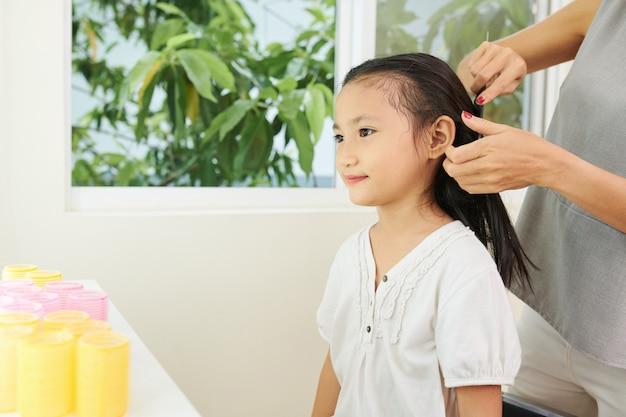 Petite fille assise au salon de coiffure