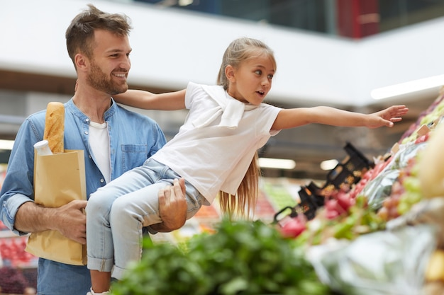 Petite fille, atteindre, fruit, dans, marché