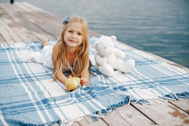 Petite fille au bord du lac