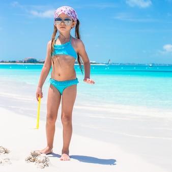 Petite fille au bord de la mer pendant les vacances d'été
