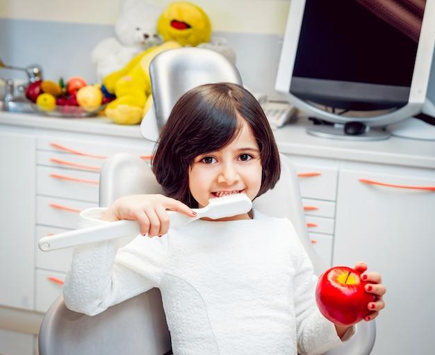Petite fille au cabinet dentaire. calme et heureux.