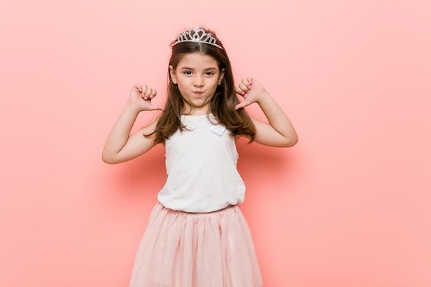 La petite fille au look de princesse se sent fière et confiante, exemple à suivre.