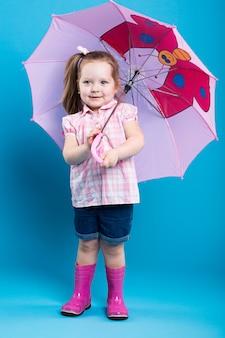 Petite fille au parapluie rose