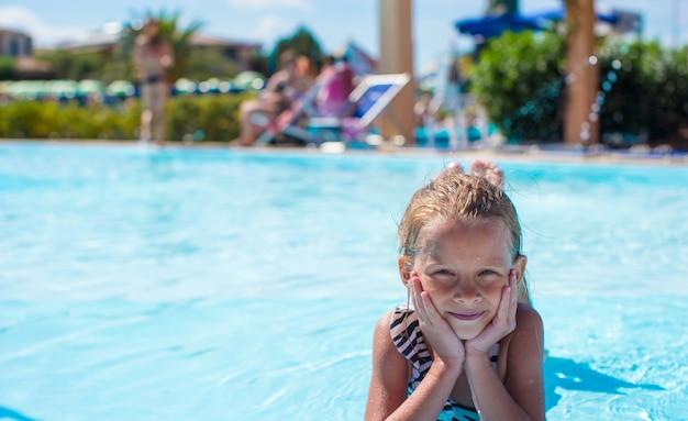 Petite fille au parc aquatique pendant les vacances d'été