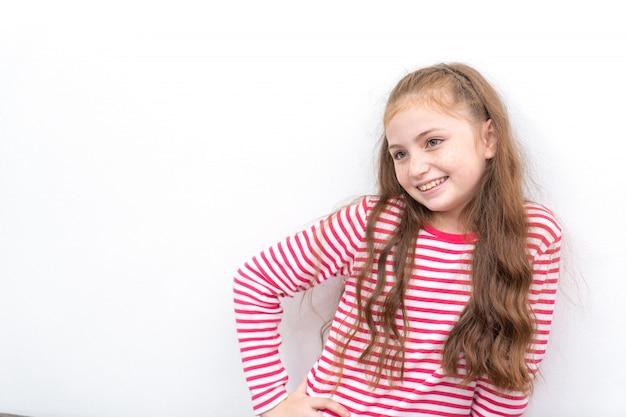 Petite fille au portrait rouge isolé sur blanc