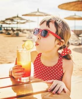 Petite fille au repos sur la mer. mise au point sélective.