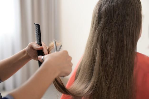 Petite fille au salon de coiffure