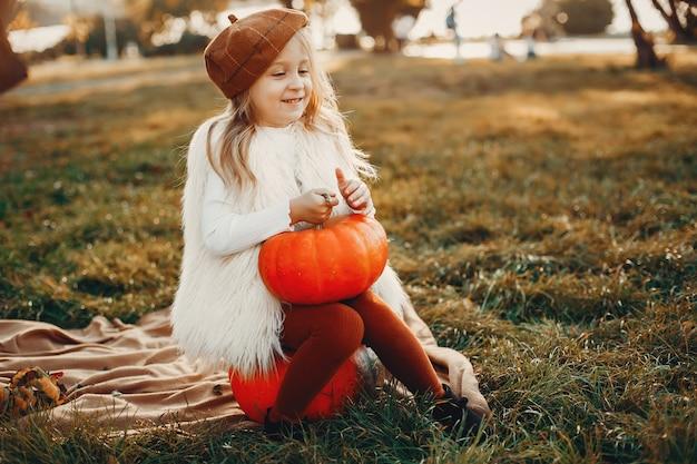 Petite fille en automne parc
