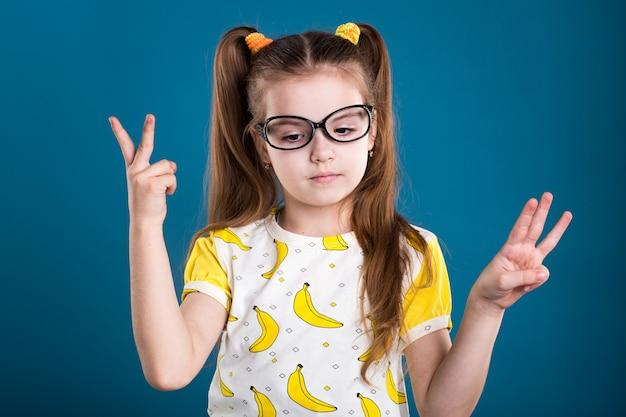 Petite fille aux cheveux noirs à lunettes