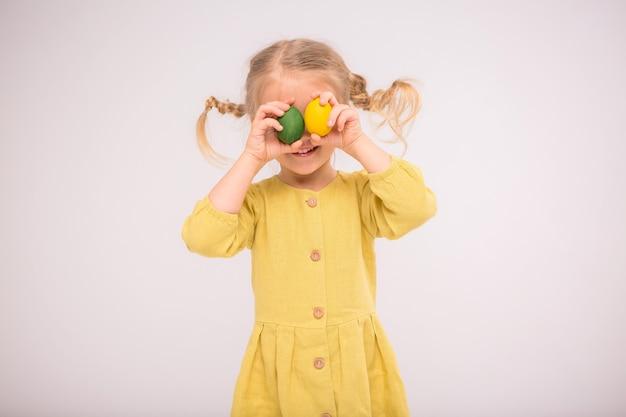 Petite fille aux oeufs de pâques