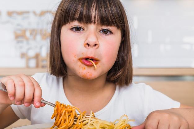 Petite fille ayant un délicieux repas