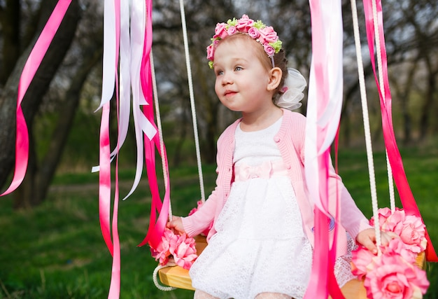Petite fille sur balançoire, petite fille au parc